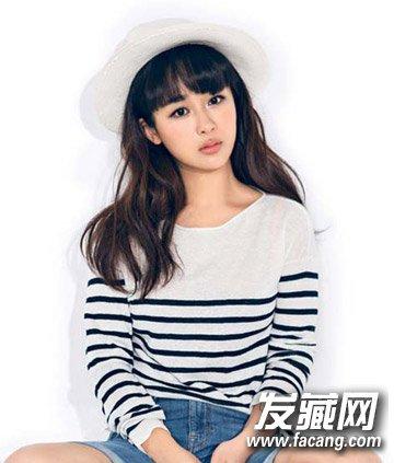 自然卷度的长发,整齐厚重的齐刘海,加上纯白的帽子装饰,好一个图片