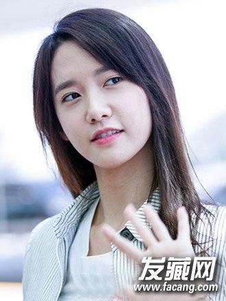 导读:胖脸斜刘海发型四: 适合脸胖的女生的一款气质韩式直发发型,垂图片