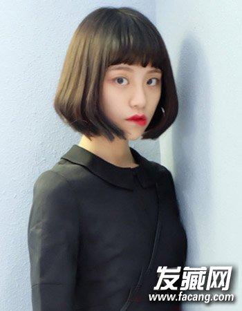 发型头发微卷且蓬松      同样是清新低调的自然发色来增添女生的自然