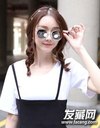 依旧是以时尚扣分无刘海造型为主,而棕色的染发设计与双马尾式的扎发
