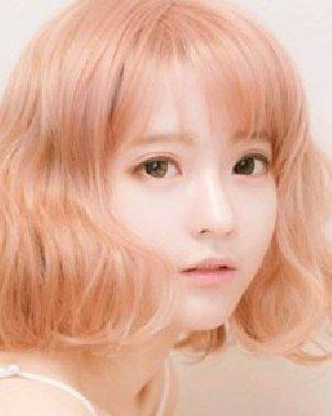 齐刘海短卷发发型 清新瘦脸更减龄