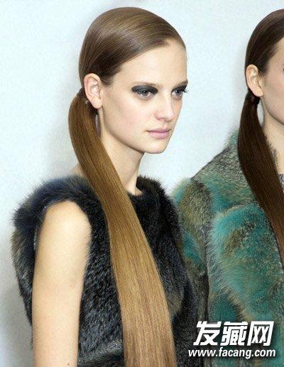 这样的绑发马尾辫同样是潮人最爱,长直发让马尾显得更加时尚利落,扎发图片