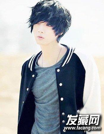 男生好看烫发发型图片 清爽的男生倒三角脸型的设(7)