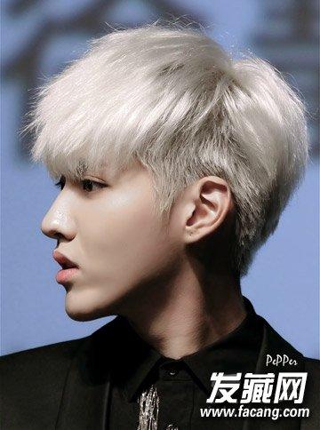 吴亦凡染发发型,银白色染发变身动漫的王子