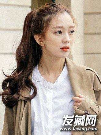 导读:简单发型扎法六: 时尚清新的韩式无刘海马尾辫发型,蓬松的烫卷