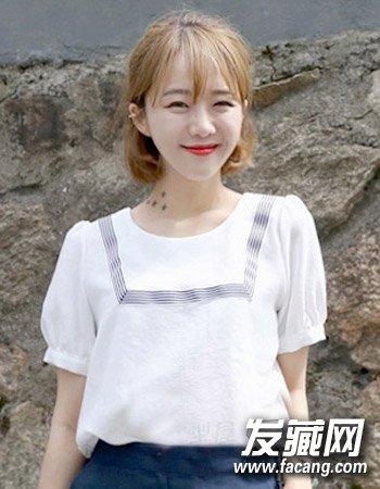 韩式波波头卷发发型5:   浅色系的卡其色染发颜色可是最显女生肤色的白皙感了,再配合这种清新的空气感刘海造型设计与简单的中短发内扣波波头卷发设计同样活力吸睛。
