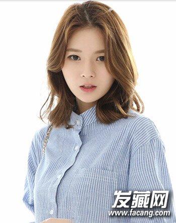 浅栗色的染发颜色(5)  导读:韩式中分发型5 一款简单的齐肩 卷发发型