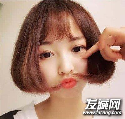 这样一款齐耳短发发型,整齐剪裁的发尾很显日系风格,深栗色发色配上微图片