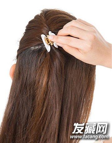 step1:将右耳朵上的头发和头顶上的头发扭卷,用一个夹子固定住.