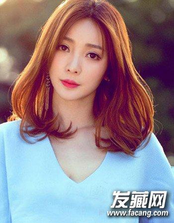 女生韩版发型6   气质的女人味发型,一款浪漫的齐肩蓬松发型,气质的中分与发尾的小卷形成别致的时尚感来,再加上上日落红色的搭配显得无比时尚。