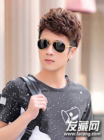 这款斜刘海的短发 烫发发型,搭配个性的墨镜,瞬间让你变身时尚潮男.