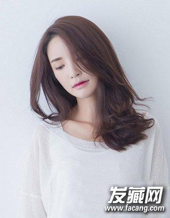 发型网 发型图片 卷发发型图片 > 2015中长发烫发发型分享 时尚的中分图片