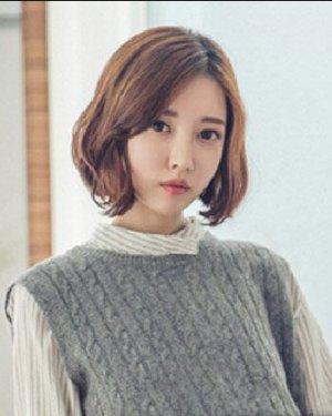 微卷短发发型设计 初秋女生短发发型推荐