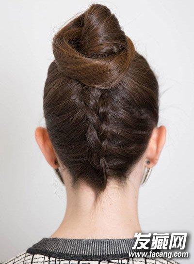 编发丸子头: 这样的发型需要先把头低下来,从发根开始编头发,编到一半图片