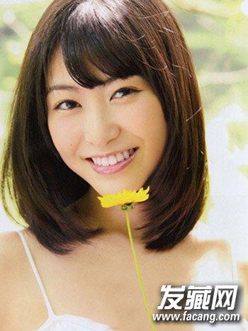 弧度感修剪的斜刘海修饰脸蛋,棕色的染发让发型更添时尚气息,甜美可爱