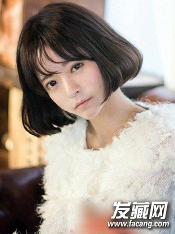 这款空气刘海的 女生短发 发型,栗色系的发色,搭配白皙的脸蛋,清爽图片