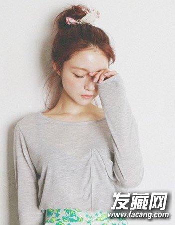发型网 流行发型 花苞头发型 > 秋冬怎么扎头发好看 时尚花苞头的设计