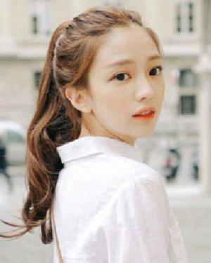 白色衬衫十分的干净干练发型 卷发马尾真美腻
