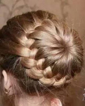 编发花苞头的扎法图解 花苞头一直很受女生喜欢