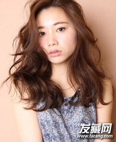国字脸女生适合的发型,蓬松卷发最修颜图片
