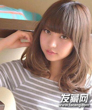 中长发发型,发尾微卷更动人  齐肩的头发长度显得落落大方,偏分式的图片