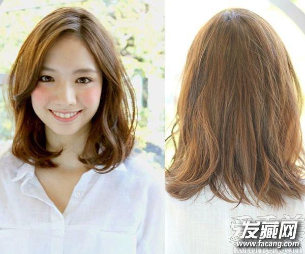 ,搭配上清新的斜刘海,达到了修颜的效果,凸显出mm清新的一面,没有经过染色的头发也显得简约大方。    蓬松的卷发发型,与轻盈的齐刘海搭配,甜美修颜,棕色的染发也显得时尚靓丽,非常的好看。
