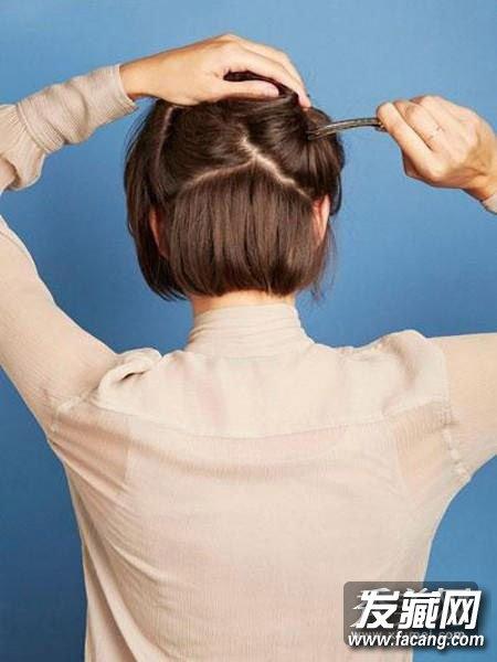 把脑后的头发分成4个部分,将其中正后方的部分夹起来.图片