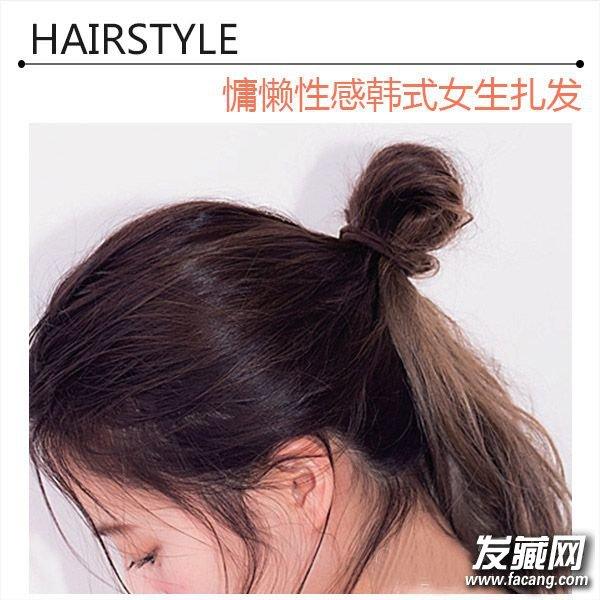 扎发步骤   step1:将长发微微烫卷,在耳朵上绑成一束,如图,将发束对折成发髻。    step2:调整发髻,将发髻左右拉开,制造出分量感。