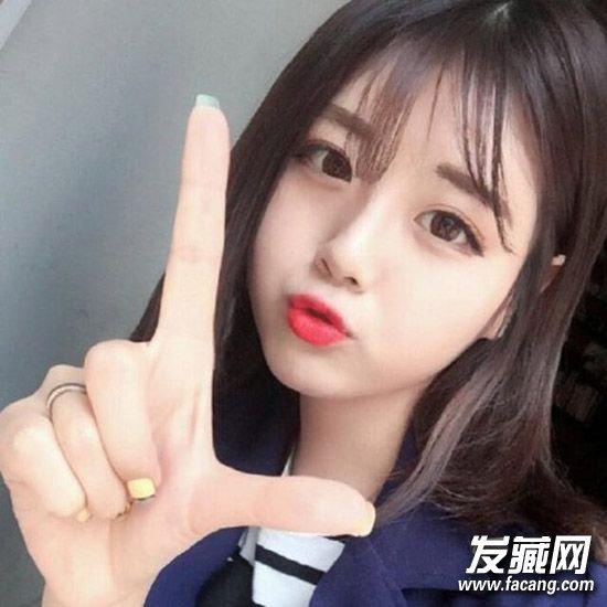 齐肩短发搭配可爱的空气刘海,一字眉和淡雅的妆容,非常淑女又