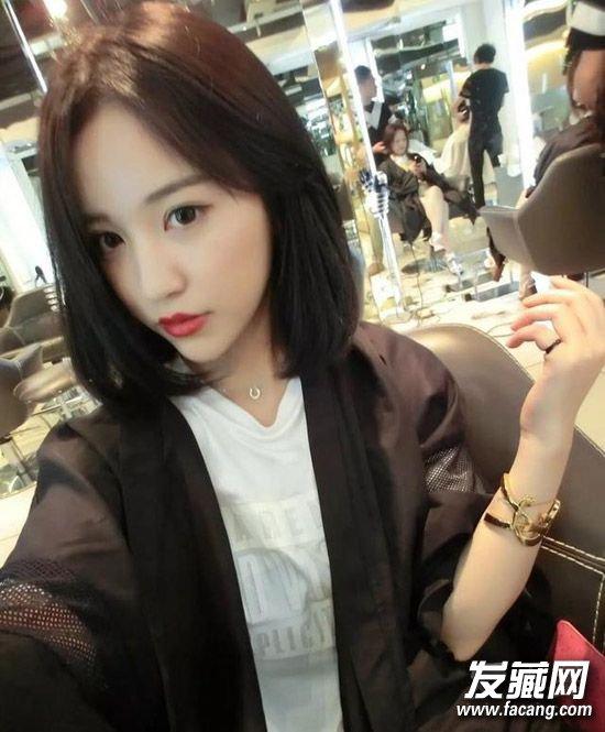 齐肩 短发 搭配可爱的空气刘海,一字眉和淡雅的妆容,非常淑女又可爱