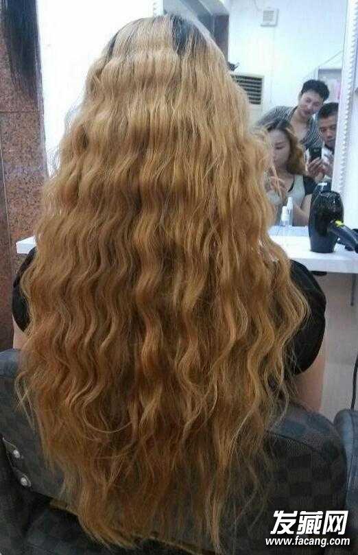 小波浪的水波纹烫发,看起来很整齐,也很像泡面头,整个发型的质感很棒图片