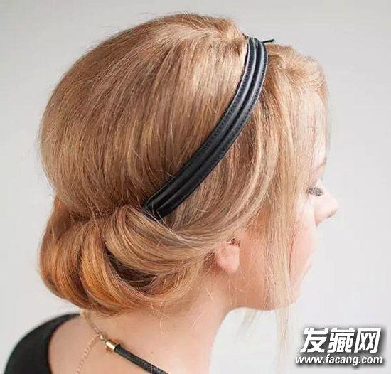 =编发   中长发当然也适合使用发带,除了前述的短发优点外,还可以依据长度绑出不同的编发来做搭配,像是辫子、包头、马尾等,与发带结合有画龙点睛的效果。    好梦幻!用发带绑出2种超华丽盘发   发带X女神级盘发   准备的东西   a.喜欢的发带、b.小黑夹、c.定型喷雾