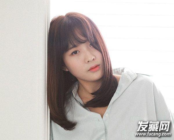 哦。    Look 6   内扣中发搭配齐刘海,显得女生特别的清秀和有气质,齐刘海恰好及眉,露出眉眼,披在两边的头发很好地修瘦了脸型,也适合宽脸的MM。
