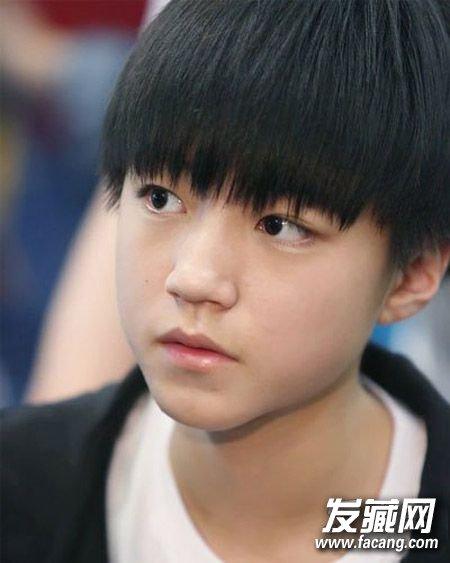 短发的王俊凯有着明星们少有的清爽和干净