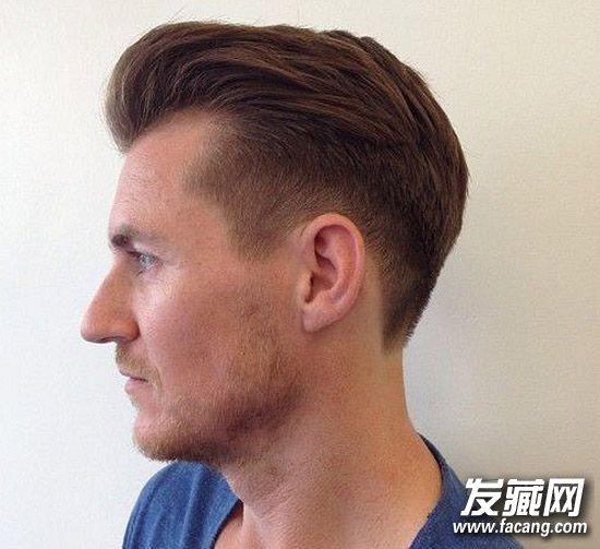 这款发型不强调头顶的效果,可以是飞机头,也可以有偏分,也可以图片