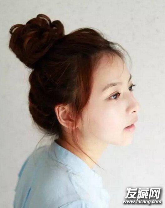发型介绍:慵懒的丸子头很适合青春少女,留点发丝自然飘散在两颊,凸显