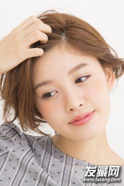 短发简单的扎头发方法 露出柔美的脸部线条图片