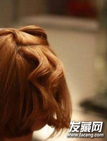 头发分一薄层下来,通过向下内卷的方式用电夹板定型