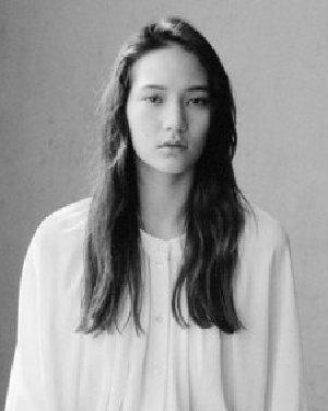 日本新晋偶像松冈莫娜私照 都是玩发型的高手