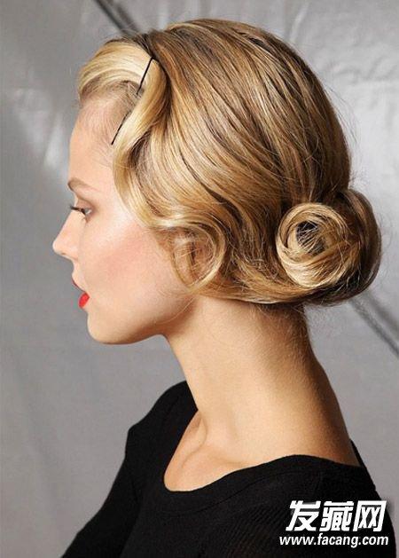 将头发编成松散的麻花辫,然后将发尾塞进发根部分就可以了.图片