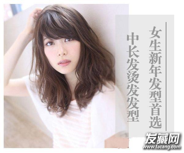 流行中长发烫发发型图片 斜刘海搭配中长烫发发型(2)
