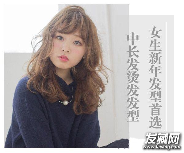 流行中长发烫发发型图片 斜刘海搭配中长烫发发型(2)图片