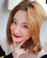 2016女生最新发型图片 棕色系的中分发型