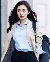 太子妃张天爱最新街拍造型 长卷发搭配风衣攻气十足
