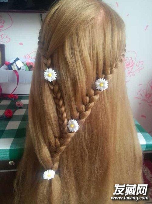 ,搭配白色小雏菊发饰,是不是很有春天的感觉呢?甜美编发+披肩发,背后看起来超美呢,春天学会这样一款发型,再穿上你的美美的裙子去踏青吧。   编法图解:    步骤一:从左边的旁侧取一束头发编一节三股辫。