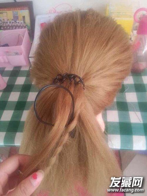 步骤四:再放到三股辫里,把头发掏进去.