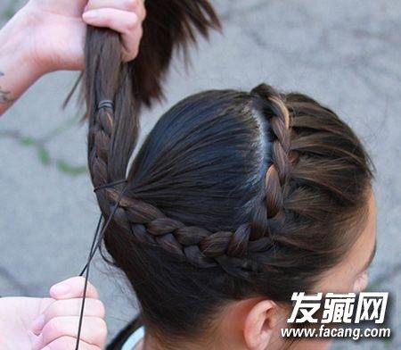 麻花辫和脑后的头发一起,梳的偏高一些,用皮筋扎成马尾辫.图片