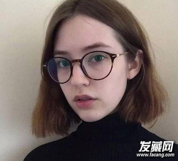 文艺感十足的中短发,一边藏于耳后更有女人味,戴眼镜的妹子一样