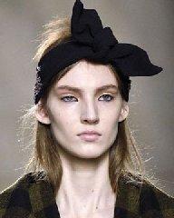 黑色发带让你瞬间变成优雅气质女神!春季发型的正确打开方式