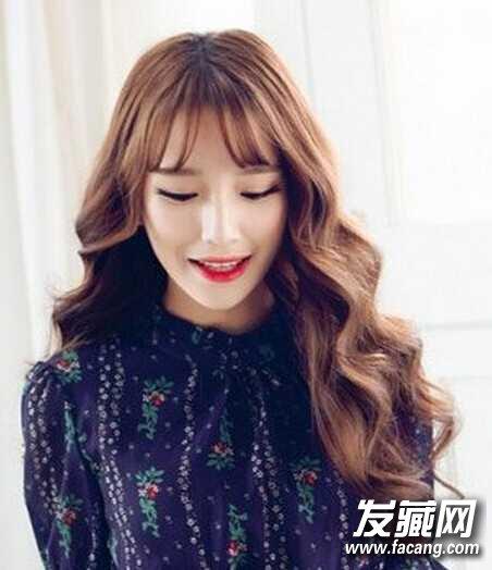 短发波波头的韩国水波纹烫发有泡面头的感觉,搭配空气刘海和乌黑发色